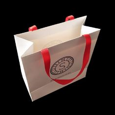 White 300 Gsm Matte Paper Shopping Bags Matte Laminasi Dengan Ribbon Handle