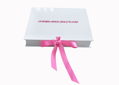 Cina Ribbon Closure Folding Gift Box Putih Glossy Insole Packaging Box Untuk Wanita pabrik